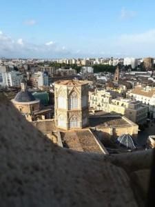 foto panoramica dall'alto del Micalet, un enorme campanile che sovrasta la Cattedrale di Valencia