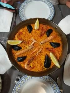 foto di una paella di pesce con gamberi rossi e cozze a Valencia
