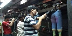 Lavoratori impiegati nella sbiancamento dei jeans