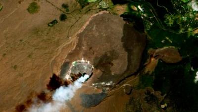 Vista aérea de la caldera Kilauea. La caldera es de aproximadamente 4 km de diámetro, y hasta 120 m de profundidad. Se encierra un cráter más pequeño y más profundo conocido como Halema'uma'u.