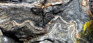 Figura 3.5 metamorfoseado y plegada piedra caliza Triásico de edad, Isla Quadra, BC [SE]
