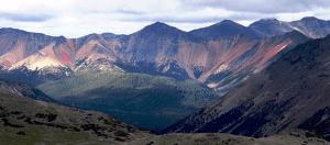 Figura 4.30 Rango Rainbow, chilcotin meseta, BC (http://upload.wikimedia.org/wikipedia/commons/f/fd/Rainbow_Range_Colors.jpg).