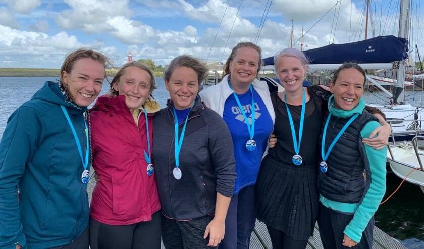 Rotterdamse vrouwen trotseren zwemmend het IJsselmeer