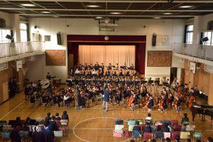 都響の音楽監督・大野和士らが台東区の小学校を訪れ、二時間の「特別音楽授業」を行う———アウトリーチ・プログラム「都響マエストロ・ビジット」