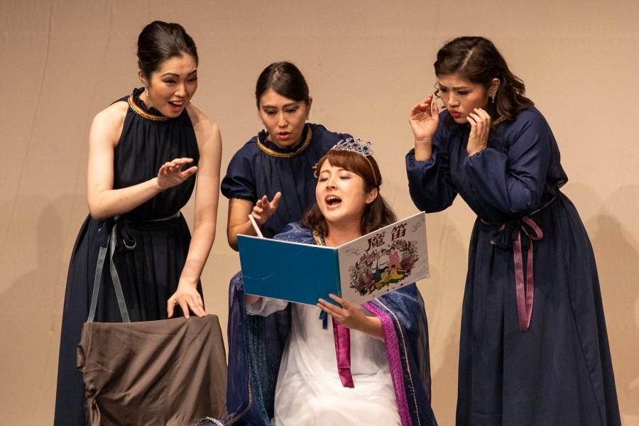 夜の女王(和田奈美)が絵本の世界を書き換え、劇は進行してゆく ©伊藤大地