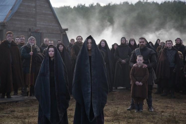 Lady Macbeth (Marion Cotillard) erwartet die Ankunft des Königs Duncan in Inverness