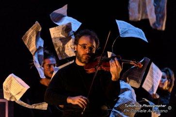 MasNada_magdaclan circo_ orchestra senzaspine_ contemporary _ circus_ italy_classical music - credits Daniele Aversano - violino