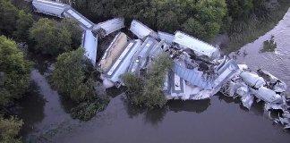 В воде оказались 37 из 95 вагонов состава Фото: REUTERS