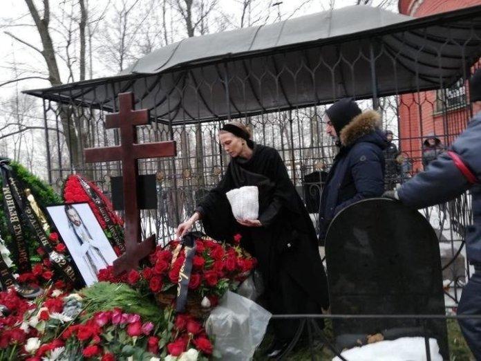 «Отец последний раз обнял сына»: в сети показали первые фото с могилы Децла