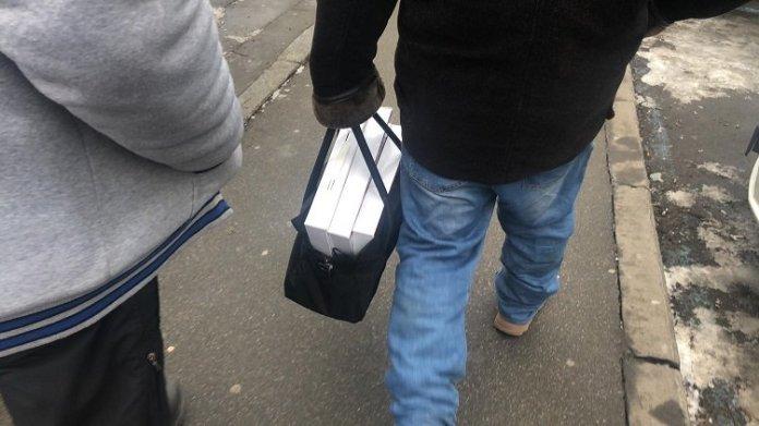 На форуме Порошенко бюджетникам раздали специальные коробки. Фото содержимого - Страна.ua 1