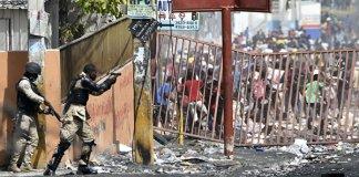 Полиция сдерживает толпу во время протеста на Гаити