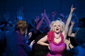Emily Newton (Anna Nicole), Opernchor  ©Thomas M. Jauk / stage picture