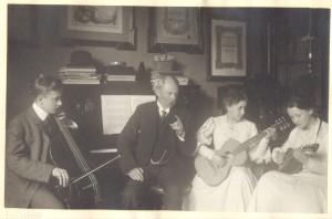 Ernst von Schuch mit seinen Kindern Hans, Käte und Liesel bei Musizieren, Privatbesitz, Saarbrücken