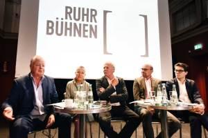 v.l.: die drei Sprecher der RuhrBühnen Peter Carp (Intendant Theater Oberhausen), Bettina Pesch (Geschäftsführende Direktorin Theater Dortmund), Jürgen Fischer (Leiter des Referats Kultur und Sport beim Regionalverband Ruhr) sowie Axel Biermann (Geschäftsführer der Ruhr Tourismus GmbH) und Lukas Crepaz (Geschäftsführer der Kultur Ruhr GmbH)