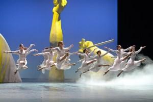 """Ensemble des Aalto Ballett Essen in """"Tanzhommage an Queen"""" - Tanzstück von Ben Van Cauwenbergh; Musik von Queen"""