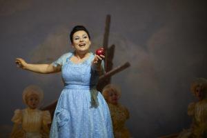 Almerija Delic (Vaniliput), Chor der Oper Dortmund ©Thomas Jauk, Stage Picture