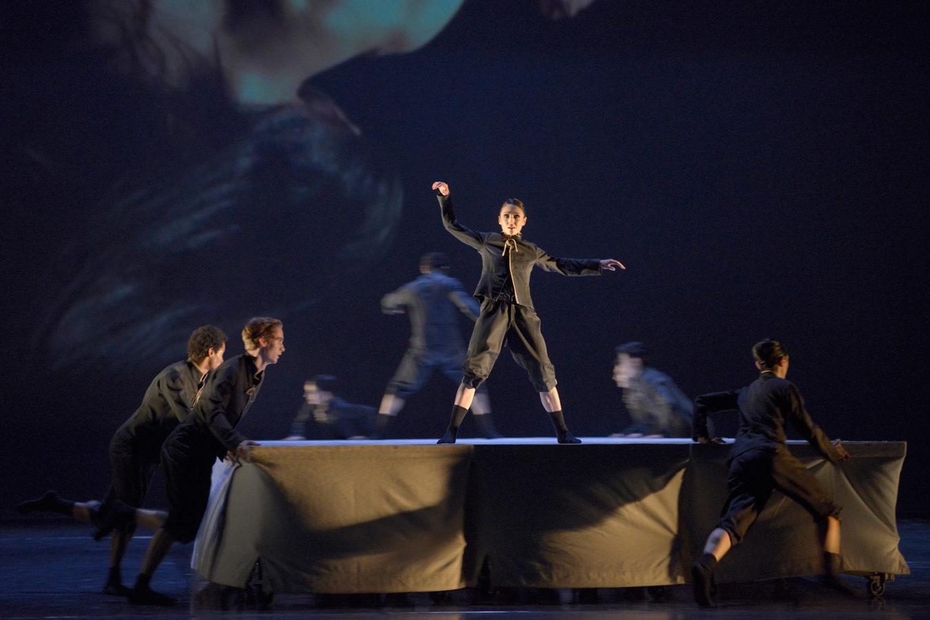 """Yulia Tsoi, Ensemble in """"Flockwork"""" - Teil des Ballettabends """"3 BY EKMAN"""" mit Werken von Alexander Ekman_AALTO BALLETT ESSEN"""
