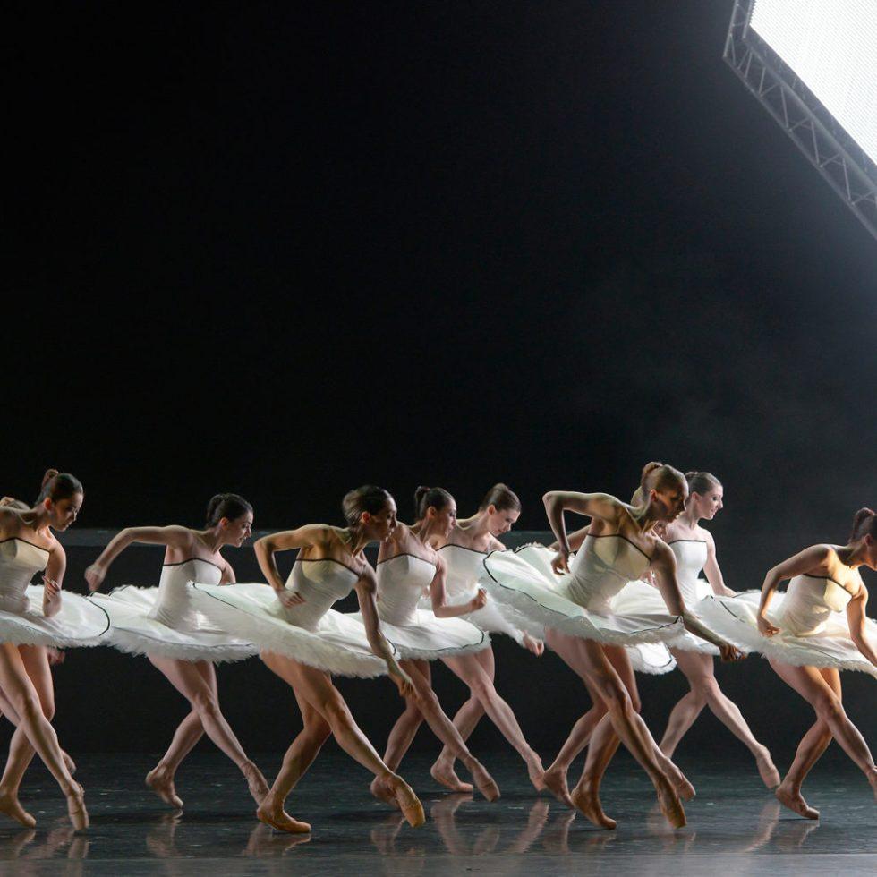 """Ensemble in """"Tyll"""" - Teil des Ballettabends """"3 BY EKMAN"""" mit Werken von Alexander Ekman_AALTO BALLETT ESSEN / Foto @ Bettina Stöß"""