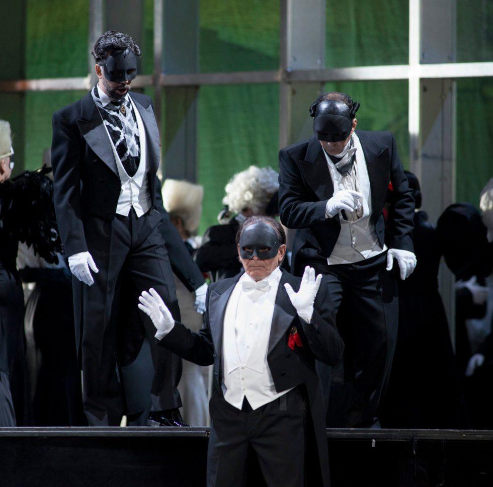 Boris Statsenko (Anckarström), Günes Gürle (Horn), Daniel Djambazian (Ribbing), Chor FOTO: Matthias Jung