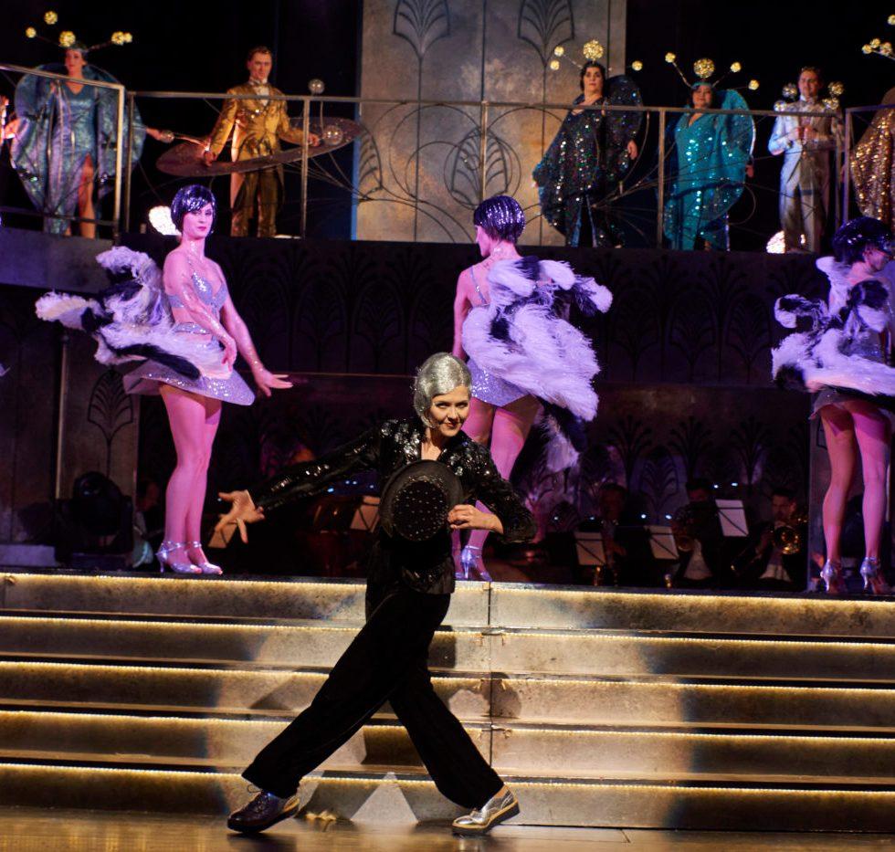 Julia Amos ( Mondgroom), Ensemble / Foto @ Theater Dortmund / Björn Hickmann/Stage Picture