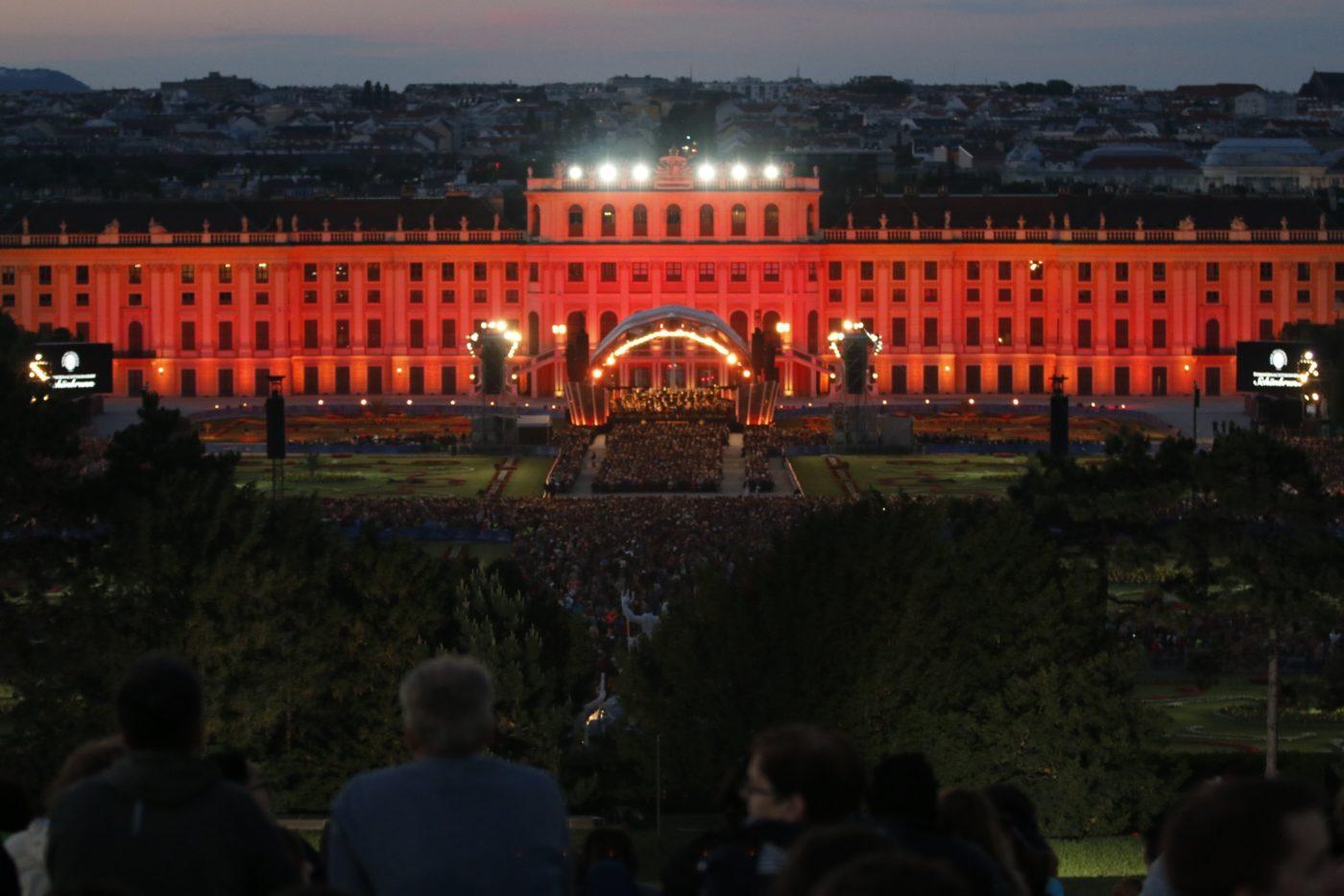 Seit 2004 entwickelte sich das Sommernachtskonzert mit den Wiener Philharmonikern in Schönbrunn - neben dem traditionellen Neujahrskonzert - zu einem wichtigen musikalischen Gruß Österreichs in die ganze Welt. Inmitten des einzigartigen Ambiente des Schlossparks laden die Wiener Philharmoniker jährlich die Bewohner der Stadt und ihre Gäste zu einem musikalischen Hochgenuss der Extraklasse. Copyright: ZDF/ORF/Roman Zach-Kiesling
