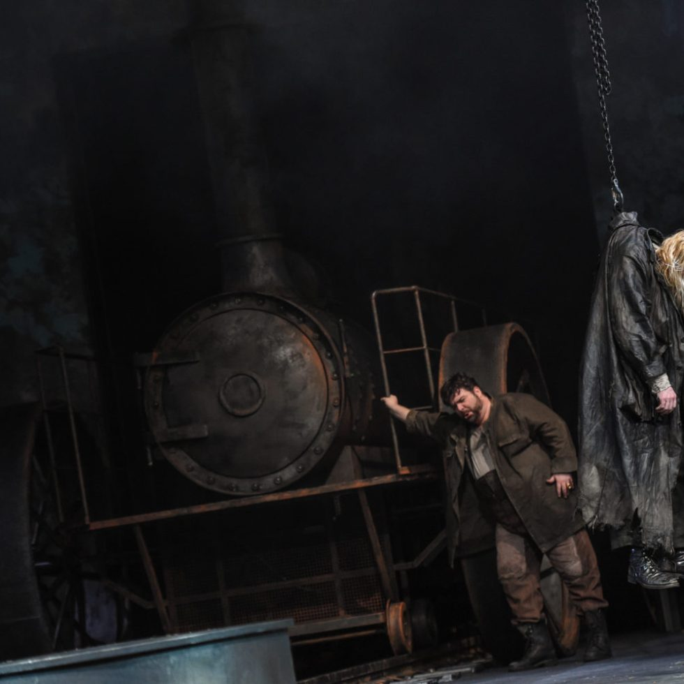 Oper am Rhein/Siegfried/ Siegfried (Michael Weinius), Mime (Cornel Frey) FOTO: Hans Jörg Michel