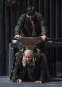 Deutsche Oper am Rhein/Siegfried/ Siegfried (Michael Weinius), Mime (Cornel Frey) FOTO: Hans Jörg Michel