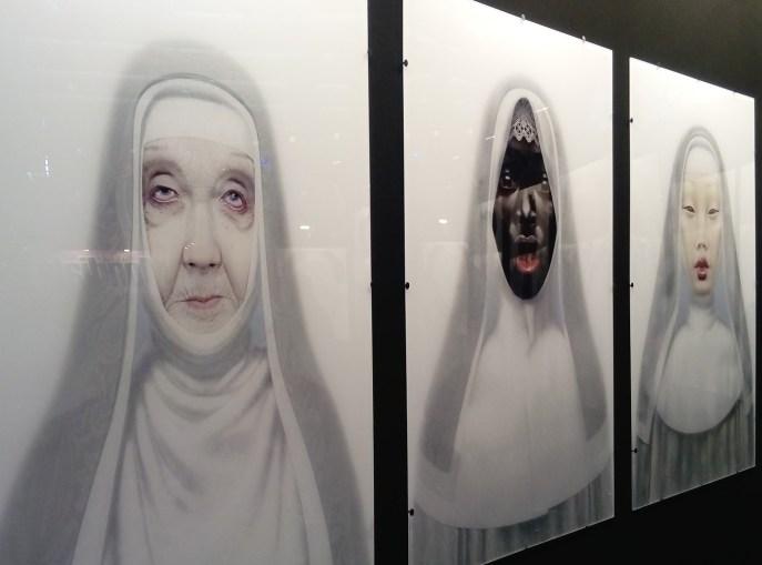 Trois portraits en dessin numérique de nonnes de trois origines différentes.