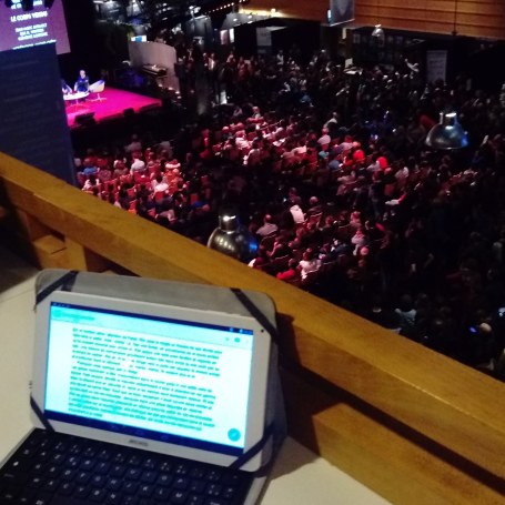 Photo de ma tablette avec vue sur la foule en dessous.