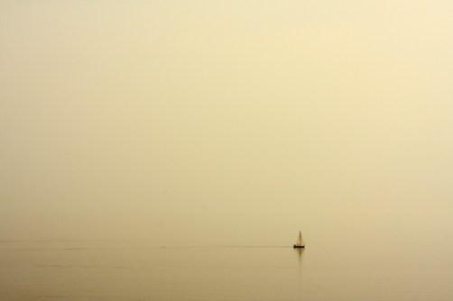 Bateau dans la brume.