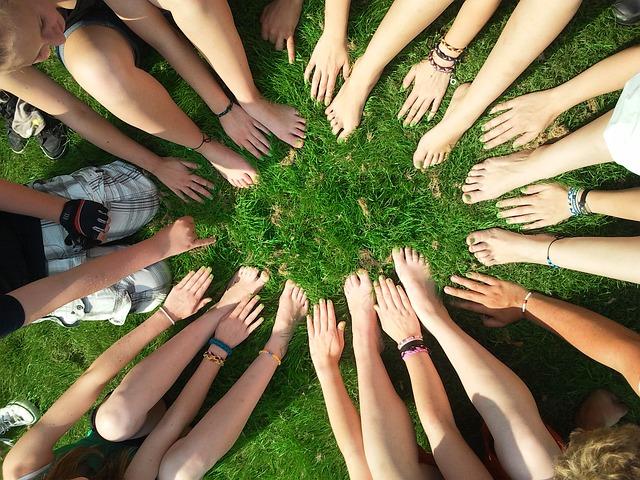 Cercles de mains et de pieds sur l'herbe.