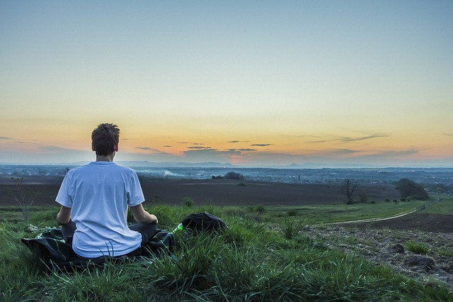 Photo de personne en train de méditer.
