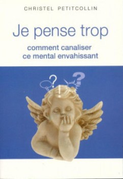 """Couverture du livre """"Je pense trop"""", photo d'une statue de chérubin sur fond bleu, avec des bulles de BD et des """"?"""" au dessus de sa tête."""