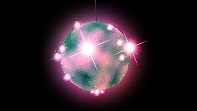 Image numérique d'une boule à facette brillant d'une lumière mauve.
