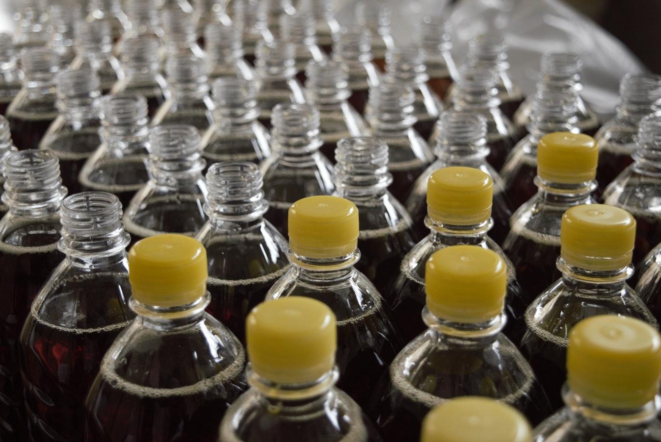 Des bouteilles plastiques en usine