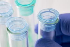 Un scientifique manipulant des tubes à essais