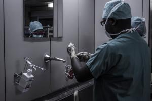 Un medecin africain se lavant les mains avec du savon.