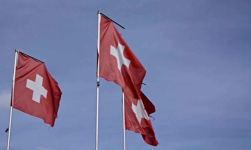 Des drapeaux suisses au vent.