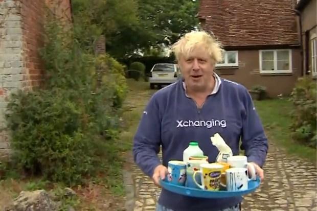 Boris Johnson biedt verontwaardigde journalisten een kop thee aan