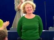 GroenLinks Europarlementariër en rapporteur over Hongarije Judith Sargentini laat zich bejubelen door haar collega's .