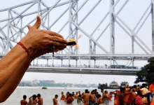 Photo of মহালয়ার পূর্নলগ্নে কাক ভোর থেকেই ভিড় জমেছে জাজেস ঘাট থেকে বাবুঘাট, বাগবাজার ঘাট শহরতলীর একাধিক গঙ্গার ঘাটে