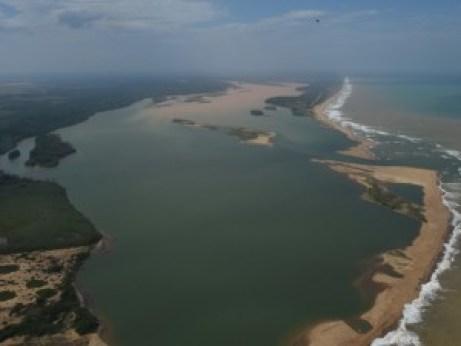 RIO-DOCE-300x225 Lama muda a cor do mar na foz do Rio Doce, em Linhares, ES