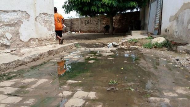 12528685_10205954979536728_1774372744_o-1024x576 Morador denuncia esgoto a céu aberto em Monteiro