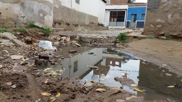 12528763_10205954976736658_1883039729_o-1024x576 Morador denuncia esgoto a céu aberto em Monteiro
