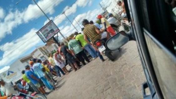 12631272_561995243964708_9220548780151383461_n-1-300x169 Acidente entre carro e moto deixa um ferido no centro de Monteiro