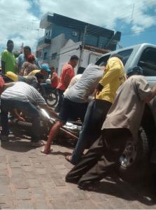 444-223x300 Acidente entre carro e moto deixa um ferido no centro de Monteiro
