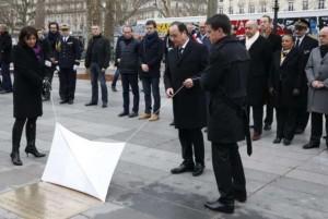hollandeemhomenagemavitimasdeataques-300x201 Hollande descerra placa em memória das vítimas de atentados terroristas