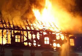 Casa é incendiada após queda de fogos de artifícios no telhado em Camalaú 9