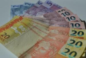 1450900981195-dinheiro-300x201 Pelas redes sociais, governador Ricardo Coutinho anuncia pagamento para os dias 26 e 29