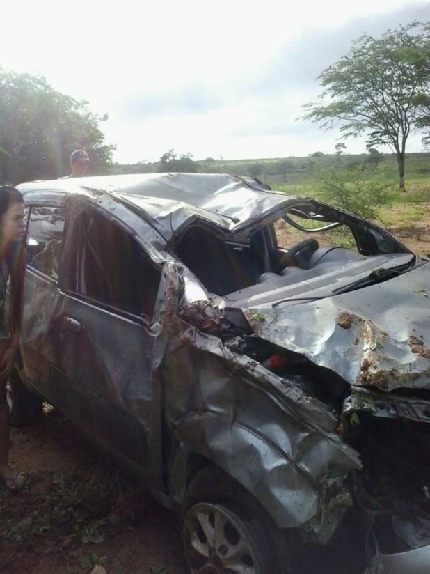 20160214051130-3-768x1024 Exclusivo: Motorista perde controle do veículo e capota naPB-264 em Monteiro